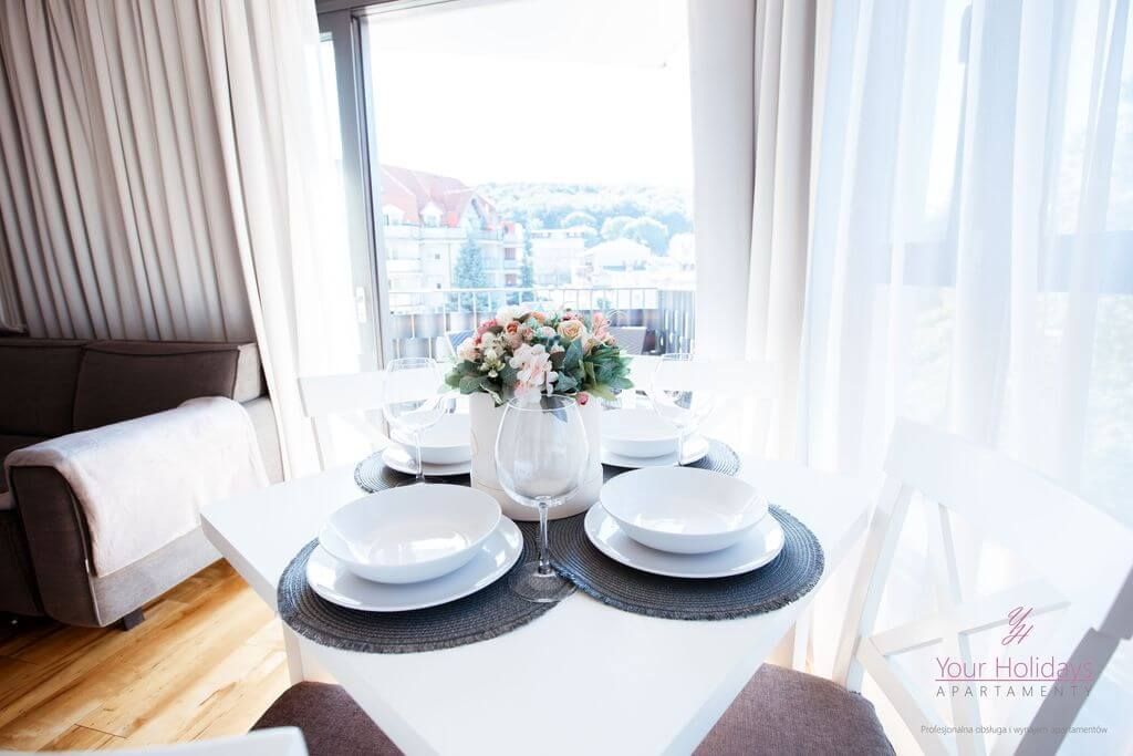 Międzyzdroje apartament Horyzont 206 - salon z widokiem na miastso w apartamencie w MIędzyzdrojach